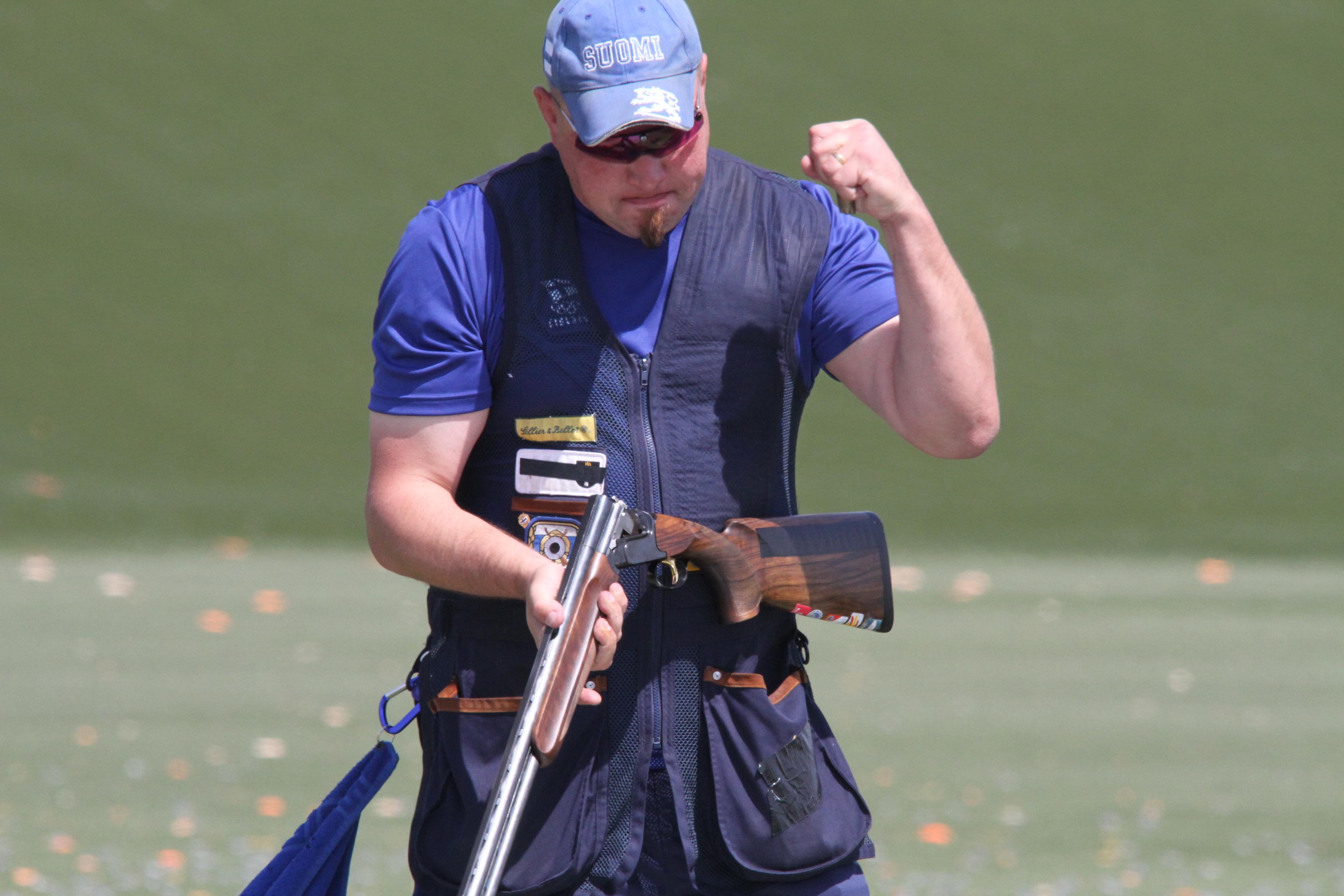 Skeet-ampuja Marko Kemppainen tuulettaa pronssimitaliaan viime vuonna Bakussa järjestetyissä Euroopan kisoissa. Kuva: Lassi Palo