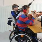 Lajitekniikan opettelu aloitetaan kiinteältä pöytätuelta. Alle 16-vuotiaiden sarjassa liikuntarajoitteiset saavat käyttää ko. tukea myös kilpailuissa.