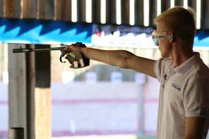 Karri Turunen poikien 50m pistoolissa MM-Granadassa 2014. Kuva: Lassi Palo