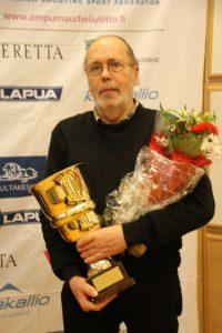 SSG:n Juhani Lehtosaari otti Pohjolan maljan vastaan vuoden 2016 voiton kunniaksi. (Kuva: Lassi Palo)
