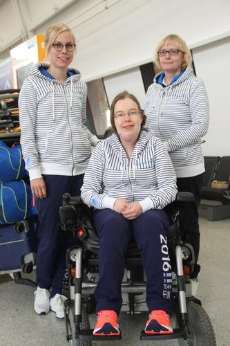 Minna Leinonen avustajansa Kaisa Rinta-Tassin ja valmentaja Pirjo Peltolan kanssa lentokentällä matkalla Rioon. Kuva: Lassi Palo