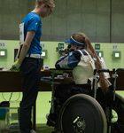 Minna Leinonen kilpailemassa Rion paralympialaisissa 13. syyskuuta. Vieressä on avustaja Kaisa Rinta-Tassi. Kuva: Leena Kummu / Paralympiakomitea