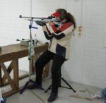 SH1-luokan ampujat ampuvat R1- tai R2-sarjoissa pyörätuolista tai voivat käyttää korkeaa tuolia apunaan kuten kuvan kilpailija.