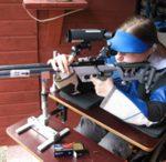 SH2-luokan ampuja käyttää pyörätuolia, johon on rakennettu ampumapöytä.