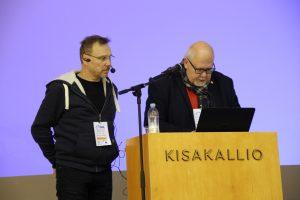 Toiminnanjohtaja Risto Aarrekivi (oik.) ja Juha Kytömaa valmistautumassa esityksiinsä. (Kuva: Lassi Palo)