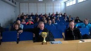 Kuvassa Pekan edessä Kaakkois-Suomen alueen voittama pokaali ilma-aseiden joukkuekilpailussa 2016